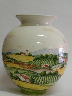 (CODICE ARTICOLO: VA/05)  Vaso realizzato al tornio e dipinto a mano con paesaggio. Tecnica: maiolica.