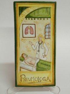 (CODICE ARTICOLO: MM/08) Mattonella fatta e dipinta a mano con rappresentazione del mestiere: La pneumologa.Tecnica:maiolica