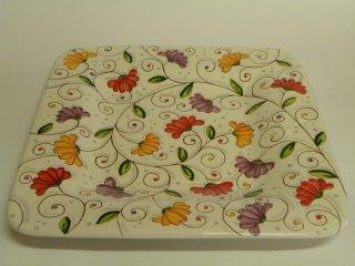(CODICE ARTICOLO: CR/02) Centrotavola quadrato dipinto a mano con fiori di cera. Tecnica: maiolica.