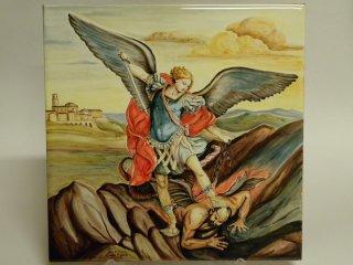 (CODICE ARTICOLO: ARV/04) Piastrella in ceramica, dipinta a mano, raffigurante San Michele Arcangelo. Tecnica: maiolica.