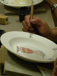 Corsi di ceramica per adulti all'interno del laboratorio Creta Rossa di Vasto - decorazione su maiolica e realizzazione di servizi di piatti.