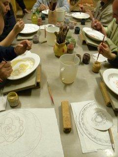 Corsi di ceramica per adulti nel laboratorio Creta Rossa di Vasto - Decorazione su maiolica e realiazzazione di servizi di piatti