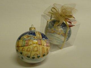 Pallina di Natale in ceramica dipinta a mano con immagine di Vasto e confezionata in scatola trasparente.