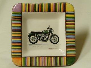 (CODICE ARTICOLO: AZ/32) Rendiresto in ceramica, dipinto a mano, con logo aziendale.Tecnica: maiolica