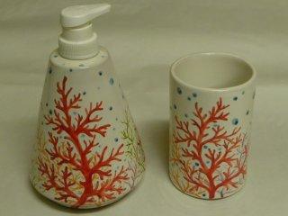 """(CODICE ARTICOLO: AB/15) Dispenser e portaspazzolini dipinti a mano con motivo decorativo """"Corallo"""". Tecnica: maiolica."""