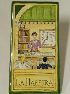 (CODICE ARTICOLO: MM/10) Mattonella fatta e dipinta a mano con rappresentazione del mestiere: La maestra. Tecnica:maiolica