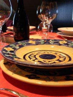 Servizio di piatti in ceramica realizzato durante i corsi di ceramica per adulti all'interno del laboratorio di ceramica Creta Rossa.