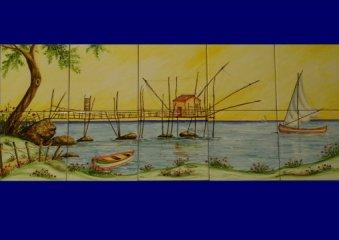 (CODICE ARTICOLO: HI/13) Pannello in ceramica dipinto a mano di cm. 40x100 con trabocco e barca a vela. Tecnica: maiolica.