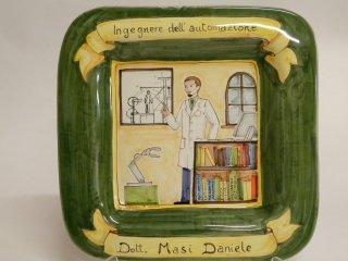 (CODICE ARTICOLO: PMM/02) Piatto quadrato da parete, dipinto a mano con rappresentazione del mestiere : Ingegnere dell'automazione.Tecnica:maiolica