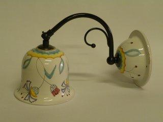( CODICE ARTICOLO: ILL/16) Lampadario in ceramica da parete con braccetto dipinto a mano con decoro fornito dal cliente. Tecnica: maiolica