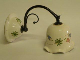 ( CODICE ARTICOLO: ILL/14) Lampadario in ceramica da parete con braccetto dipinto a mano con decoro fornito dal cliente. Tecnica: maiolica
