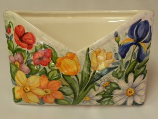 (CODICE ARTICOLO: PL/14) Portalettere da tavolo dipinto a mano con margherite, papaveri e iris.Tecnica: maiolica