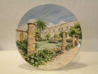 (CODICE ARTICOLO: HI/16) - Piatto in ceramica dipinto a mano con giardini del Palazzo D'Avalos. Tecnica: maiolica.