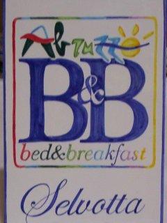 Insegne, pannelli e mattonelle in ceramica dipinte a mano per ristoranti, residence, bed and breakfast, negozi e pizzerie. Riproduzione e realizzazione di loghi aziendali su vari formati. Realizazzione di pezzi speciali e con argille refrattarie.
