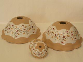 (CODICE ARTICOLO: ILL/19) Lampadari in ceramica dipinti a mano, parzialmente smaltati e decorati a mano.Tecnica: maiolica
