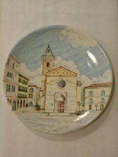 (CODICE ARTICOLO: HI/18) Piatto in ceramica, dipinto a mano, raffigurante la cattedrale di San Giuseppe di Vasto. Tecnica: maiolica)