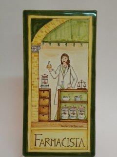 (CODICE ARTICOLO: MM/05) Mattonella fatta e decorata a mano con la rappresentazione del mestiere:farmacista.Tecnica:maioliica