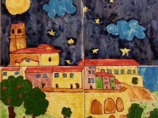 Veduta notturna di Vasto: pannello in ceramica realizzato da Sara, durante i corsi di ceramica per bambini all'interno del laboratorio Creta Rossa