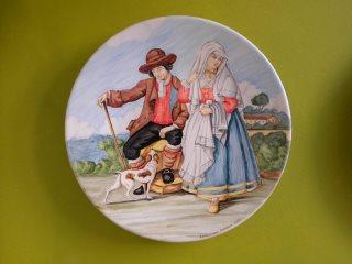 (CODICE ARTICOLO: LC/11):  Piatto in ceramica dipinto a mano raffigurante personaggi in costume. Tecnica: maiolica