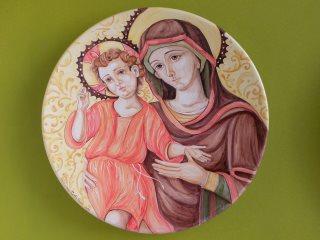 """(CODICE ARTICOLO: LC/01):  Piatto in ceramica dipinto a mano raffigurante un particolare del trittico """"Santa Maria della Misericordia"""". Tecnica: maiolica"""