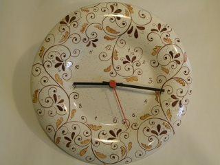 (CODICE ARTICOLO: OR/06): Orologio in ceramica dipinto a mano con ricci marroni. Tecnica: maiolica.